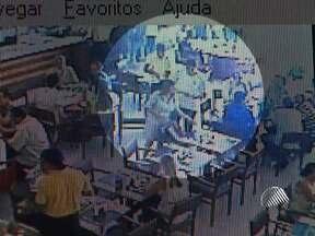 Imagens flagram furto de bolsa em um restaurante de Salvador - O caso ocorreu na última semana, mas as imagens do circuito interno de segurança só foram divulgadas neste sábado.
