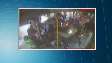 Cobrador é esfaqueado durante assalto a transpote público em Fortaleza - Crime foi gravado por câmeras de segurança.