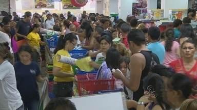 Movimentação nas livrarias de Manaus cresce às vésperas da volta às aulas - As livrarias de Manaus tiveram grande movimentação neste sábado (26) a poucos dias da volta dos estudantes às escolas.