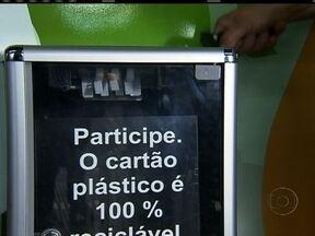 Brasileiro cria máquina para facilitar reciclagem de cartões - Um brasileiro inventou o equipamento, inspirado na máquina de cortar macarrão. O aparelho já pode ser encontrado nas estações do metrô e prédios empresariais de São Paulo. A ideia é dar um destino seguro e útil para o material.