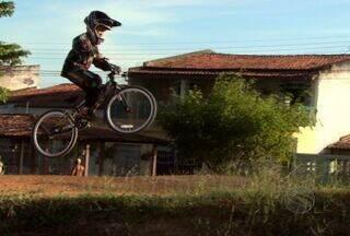 O Globo Esporte apresneta um convite para quem gosta de Bicicross - A equipe do Globo Esporte foi até a pista de Bicicross do Conjunto Orlando Dantas para falar do GP que vai acontecer no dia 27 de janeiro às 10:00horas, serão 170 pilotos e uma moto com prêmio para o vencedor.