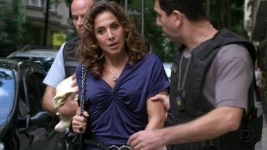 Wanda é levada para a delegacia e Lívia sugere que ela ligue para Stenio - A traficante tenta subornar o policial, mas acaba complicando sua situação. Santiago avisa Russo. Stenio acredita que Wanda foi uma indicação de Helô e se prontifica a defendê-la