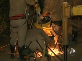 Bombeiros resgatam corpo de adolescente de dentro de poço em Vitória da Conquista - O suspeito de ter jogado a jovem de 14 anos na cisterna está preso e confessou o crime.