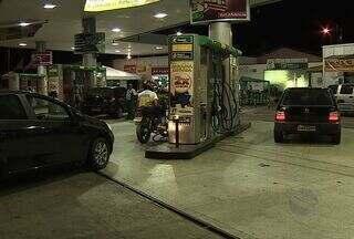 Sergipanos lotam postos de gasolina antes do aumento do preço - Mesmo sem data para o repasse do aumento do preço dos combustíveis para os consumidores, os sergipanos não perderam tempo e lotaram os postos de gasolina ontem à noite.