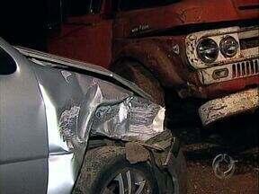 Durante fuga ladrão bate carro, reage à prisão e é morto pela polícia - Um rapaz de 24 anos roubou um carro, foi perseguido pela polícia e durante a fuga bateu o veículo. Segundo os policiais que faziam o cerco, o ladrão reagiu à prisão e foi morto.
