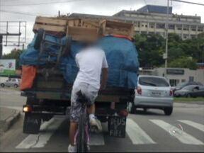 """Tem Notícias mostra um flagrante de imprudência no trânsito em Sorocaba, SP - Um flagrante de imprudência no trânsito de Sorocaba (SP). Segundo a URBES, que administra o trânsito em Sorocaba, pegar a chamada """"rabeira"""" em veículos não é infração de trânsito."""