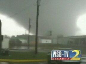 Tornado causa prejuízos na Geórgia (EUA) - Nos EUA, um temporal devastador atingiu seis estados da região sudeste. Duas pessoas morreram. O cinegrafista de uma TV local flagrou a passagem de um tornado na Geórgia.