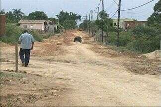 Moradores de distrito em Aracruz, no ES, pedem calçamento de via - Poeira incomoda moradores.