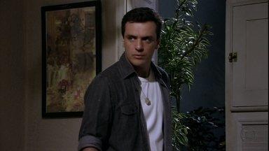 Théo decide ir atrás de Morena - O rapaz avisa à mãe que vai resolver seu problema com a namorada e sai