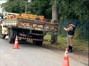 Homem morre depois de acidente com manobra de caminhão - Ele ajudava a motorista a manobrar, quando o caminhão bateu em um muro que caiu sobre o rapaz. Veja também um balão que caiu no meio de uma avenida em Curitiba.