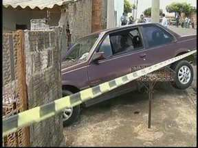Homem tenta atropelar ex-mulher e depois consegue matá-la em Marília, SP - O suspeito, de 40 anos, tentou atropelar a vítima com um carro, mas atingiu o muro de uma casa. Ela estava em uma motocicleta e tentou fugir a pé até matá-la, mas foi perseguida. A mulher tinha 37 e trabalhava na prefeitura da cidade.