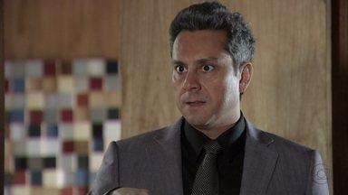 Stenio fica perplexo ao ver Helô confrontar Wanda - A delegada pede a Lena para ver a sala de Haroldo e convida a secretária para um chá, para tentar descobrir mais detalhes sobre o caso da câmera escondida