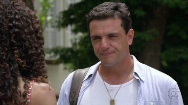 Théo não acredita em Sheila - Nunes interrompe a conversa e Sheila se lembra da desconfiança de Morena de que o coronel está envolvido com o tráfico. Ela encontra Wanda em frente à casa de Lucimar e fica tensa