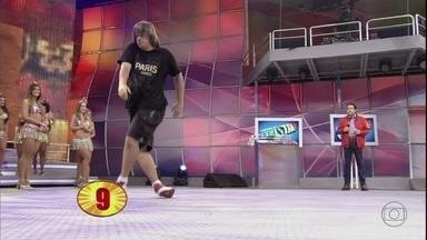Luiz Claudio Souza mostra habilidade para lá de inusitada com os pés - Concorrente do Se Vira nos 30 consegue virar completamente seus pés para trás