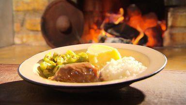 Aprenda a preparar o frango ao molho pardo - Uma receita típica de Minas.