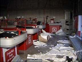 Incêndio em supermercado assusta frequentadores de boate vizinha em Várzea Paulista - Um incêndio em um supermercado na madrugada deste sábado (16), em Várzea Paulista (SP), assustou os frequentadores de uma casa noturna que fica ao lado do imóvel. A fumaça invadiu a boate no momento em que era realizado um show e houve pânico.
