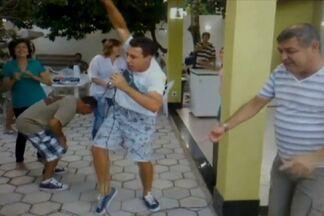 Ex-atacante Dimba ataca de cantor e empolga amigos em churrasco - Durante o Caranaval, ex-jogador de Goiás e Botafogo se empolgou no karaokê e fez a festa dos amigos ao som de Titãs