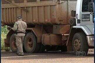 Caminhão é flagrado com excesso de carga na BR-060, em Goiás - A Polícia Rodoviária Federal afirmou que o veículo transportava 14 toneladas de brita a mais do que permitido. Além disso, o caminhão tem 15 multas atrasadas que chegam ao valor de R$ 25 mil.