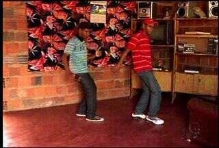 Em Juazeiro do Norte dois jovens pedem ajuda para emplacar nas paradas de sucesso - Eles dançam funk. Estilo que faz sucesso nos Estados Unidos.