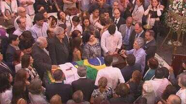 Centenas de pessoas acompanham velório e enterro de Fernando Lyra - Ex-ministro ficou marcado como um dos maiores combatentes da ditadura militar e um articulador político na luta pela volta da democracia no Brasil.