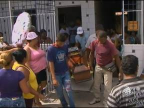 Enterrada adolescente que foi espancada, baleada e queimada pelo namorado - A jovem estava internada há 18 dias no Hospital Geral do Estado, em Salvador. Amigos e parentes estão inconformados.
