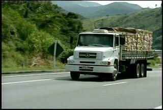 Caminhoneiros fazem protesto na BR-040 contra imposição de horário - Motoristas fecharam a subida de Petrópolis por cerca de uma hora.PRF liberou trânsito em meia pista, mas local continua congestionado.