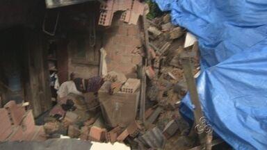 Famílias tentam recuperar objetos de casas destruídas em Manaus - Pessoas contam os prejuízos após desabamento de sete casas em Manaus.