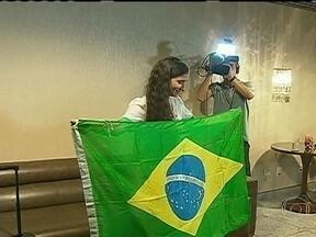 Yoani Sanchez consegue deixar Cuba para visitar o Brasil - A blogueira desembarcou no Recife. Ela foi recebida por amigos e também por um pequeno grupo de manifestantes, contrários a presença dela no Brasil. Yoani reagiu com naturalidade.