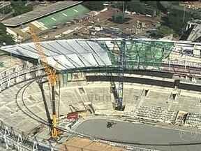 Estádio do Maracanã começa etapa importante de obras - Operários receberam a ajuda de alpinistas pra instalar parte da cobertura nova, sustentada por cabos de aço. Cadeiras também começaram a ser deslocadas. As obras do estádio terminarão no dia 15 de abril.
