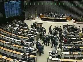 Congresso espera decisão do STF para votar orçamento - A votação do orçamento para 2013, marcada para a terça-feira (19), foi adiada mais uma vez. A decisão foi confirmada de uma reunião entre a ministra das Relações Institucionais, Ideli Salvatti, e os líderes do PMDB e do PT.