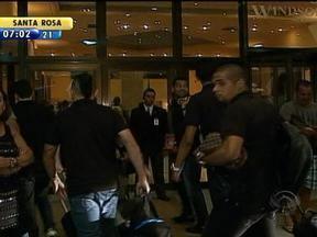 Delegação do Grêmio chega ao Rio de Janeiro para jogar contra o Fluminense na Libertadores - Galo Bendito reponde aos telespectadores.