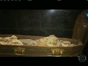 Corpos exumados de integrantes da família imperial brasileira são examinados - Uma pesquisa iniciada há quase um ano, em sigilo absoluto, está desvendando segredos de três personagens da nossa história: Dom Pedro I e as imperatrizes Leopoldina e Amélia.