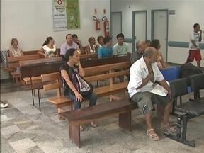 Pacientes sofrem na emergência do Hospital Regional de São José - Pacientes sofrem na emergência do Hospital Regional de São José