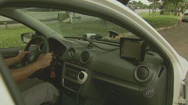 Radares inteligentes facilitam o trabalho da polícia - Os novos radares inteligentes conseguem identificar quais carros estão com a documentação vencida e facilitam o trabalho dos policiais. Dirigir com os documentos vencidos é considerado multa gravíssima.