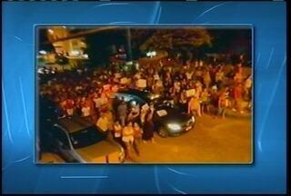 Centanas de moradores São João do Paraíso fizeram manifestação pedindo justiça - Centenas de pessoas percorreram as ruas de São João do Paraíso pedindo justiça pela morte de Horácio.