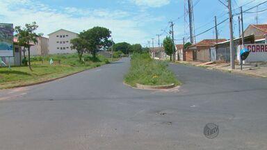 Mato alto atrapalha visibilidade dos motoristas nas ruas de Araraquara - Mato alto atrapalha visibilidade dos motoristas nas ruas de Araraquara.