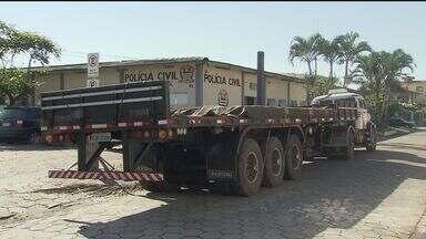 Polícia prende três pessoas acusadas de roubo de carga de caminhão em Cubatão - Caminhão transportava chapas de aço.