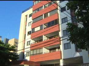 Dois homens assaltam prédio no bairro do Costa Azul na última terça - Segundo testemunhas, após renderem o porteiro e duas moradoras, eles entraram em dois apartamentos e fizeram seis pessoas reféns. Eles fugiram com o carro de uma moradora.