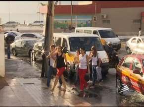 Falta de fiscalização e parada em local proibido marcam o trânsito na volta às aulas - No entorno das grandes escolas, em Salvador, o trânsito complica porque não há, na maioria dos casos, estacionamento adequado, respeito às leis de trânsito e fiscalização.