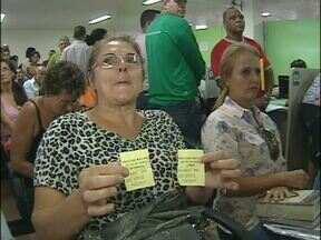 Refinanciamento de dívidas lota secretaria da Fazenda em Foz do Iguaçu - O atendimento foi limitado com senhas.