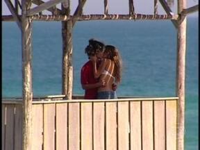 Moa vai atrás de Sal - Os dois se beijam apaixonados