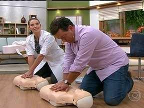 Socorro imediato ajuda a salvar vítimas de mal estar súbito - Na parada cardíaca, a pessoa não responde e não respira. A massagem cardíaca, que pode ser aprendida por leigos, deve começar o quanto antes. A cada dois minutos, uma pessoa sofre morte súbita no Brasil.