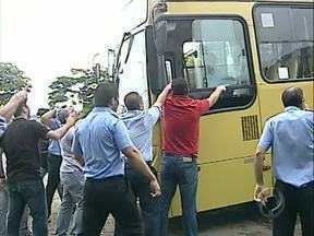 Tensão: motoristas tentam furar bloqueio e discutem com grevistas - A greve começou na madrugada desta 6a feira em Londrina e, segundo os grevistas, apenas 4 carros deixaram a garagem da empresa Grande Londrina.