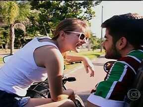 Chico, o torcedor, tenta imitar 'Don Fredon' mas não tem o mesmo sucesso - Humorista brinca com vídeo que está fazendo sucesso, em que o atacante Fred, do Fluminense, para uma mulher no trânsito e pede um beijo.
