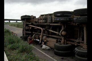 Caminhão com carvão vegetal tomba em estrada no Pará - Caminhão estava passando por ponte sobre o rio Tocantins. Moradores saquearam parte da carga.