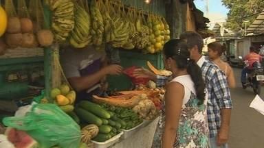 Feirantes invadem calçadas no bairro Santa Etelvina, em Manaus - Sem a obra concluída da Feira da Santa Etelvina, os comerciantes precisam invadir as calçadas, complicando a vida dos pedestres em Manaus.
