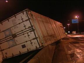 Acidente bloqueia a BR-101 em Osório, RS, desde a tarde desta quinta-feira (21) - Uma carreta tombou no sentido de Porto Alegre a Torres.