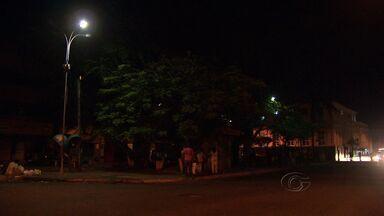 Escuridão em praça do centro da cidade representa perigo para comunidade - Praça da cadeia está sem iluminação, o que complica para quem tem quer esperar pelo transporte público no ponto de ônibus do local