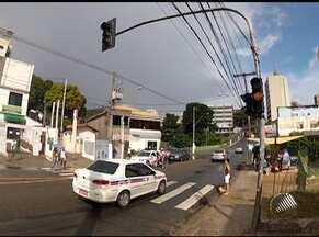 Sinaleira entre os bairros do Canela e Graça quebra e deixa trânsito engarrafado no local - Transalvador informou que o problema foi provocado pela chuva que caiu durante a madrugada.