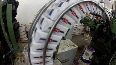 Polícia fecha fábrica clandestina de cigarros no Eusébio, no Ceará - Foram encontradas 400 caixas de cigarro dentro do fábrica. Além das caixas, a polícia apreendeu selos falsificados do Inmetro.
